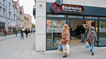 Walka o gustown� Biedronk� przy pozna�skim deptaku. W Bydgoszczy si� uda�o