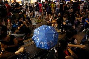 """Demonstracje w Hongkongu nie ustaj�, a partia organizuje zjazd. Has�o przewodnie? """"Rz�dy prawa"""""""