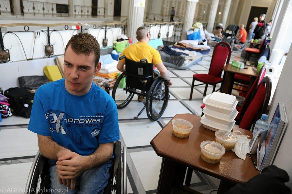 Protestu rodziców osób niepełnosprawnych w sejmie.
