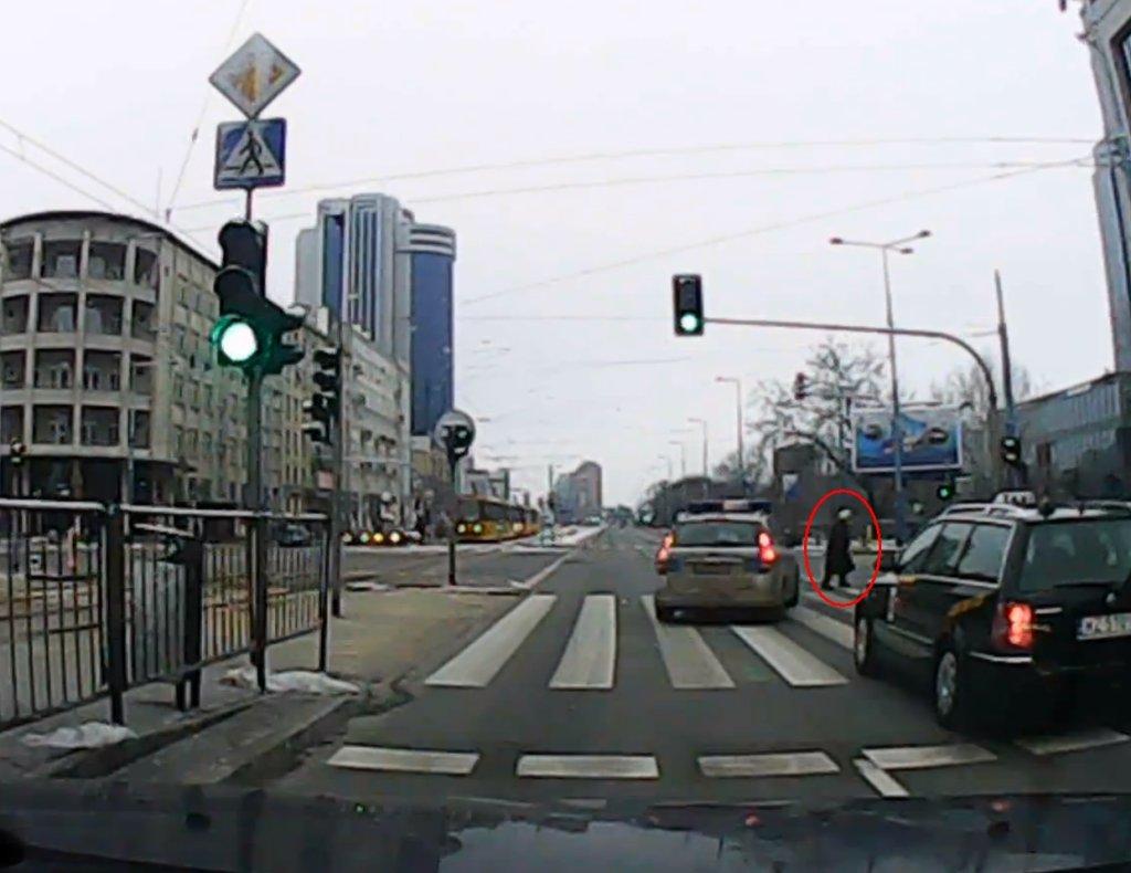 Policjantki niemal potrąciły starszą kobietę na pasach w centrum Warszawy