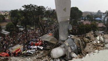 """Katastrofa w Indonezji. Samolot spad� na hotel i domy. Media: """"Ju� ponad 100 ofiar"""". Przera�aj�ce zdj�cia"""