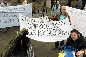 �wi�teczne �niadanie pod Sejmem: opiekunowie niepe�nosprawnych protestuj�