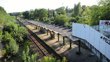 Zrujnowana wiata na przystanku kolejowym Szczecin Pogodno