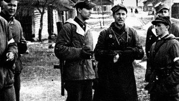Romuald Rajs ps. 'Bury' (w środku) z żołnierzami 1. Kompanii  3. Wileńskiej Brygady AK w Turgielach koło Wilna w kwietniu 1944 r.