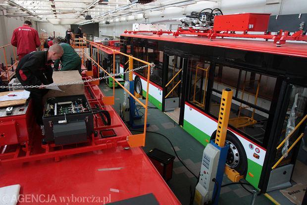 http://bi.gazeta.pl/im/4b/c7/f2/z15910731Q,Linia-produkcyjna-trolejbusow-w-zakladach-Ursusa.jpg