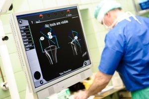 Ortopeda jednocze�nie dy�uruje i operuje