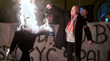"""Podpalacz... - Piotr Rybak """"pali Żyda"""" na wrocławskim rynku - 18.11.2015. Podczas procesu, prosi o modlitwę. Zapewne w intencji nawrócenia..."""