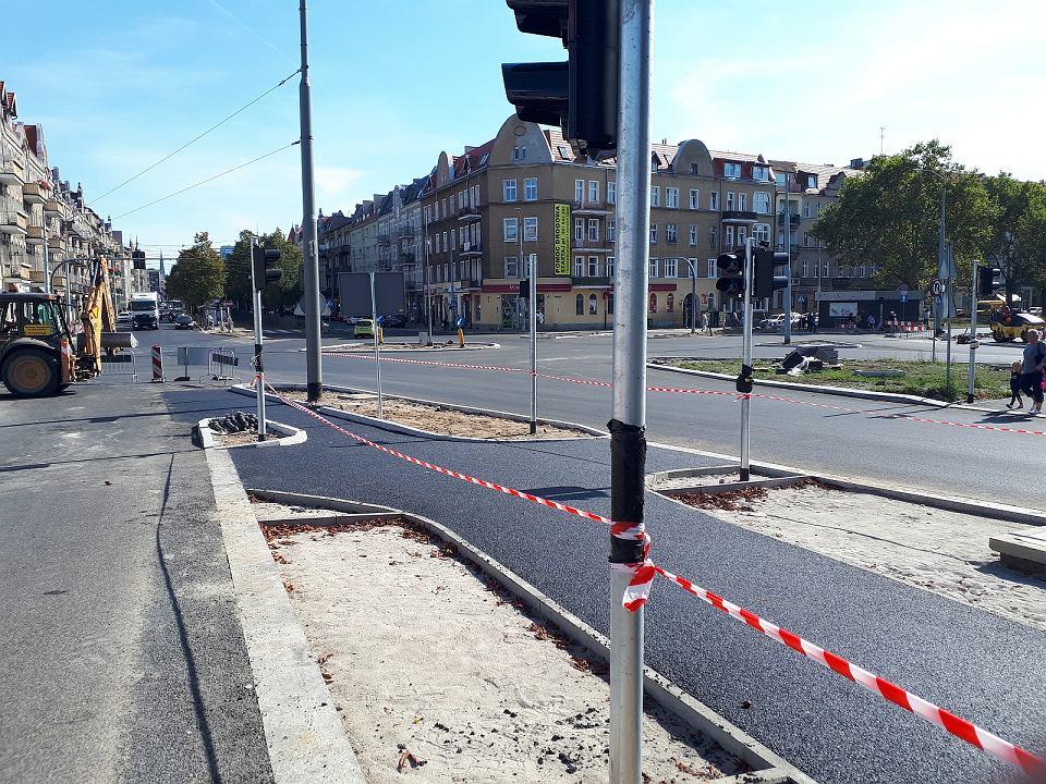 Budowa drogi rowerowej wzdłuż ul. 26 Kwietnia. Skrzyżowanie z al. Bohaterów Warszawy