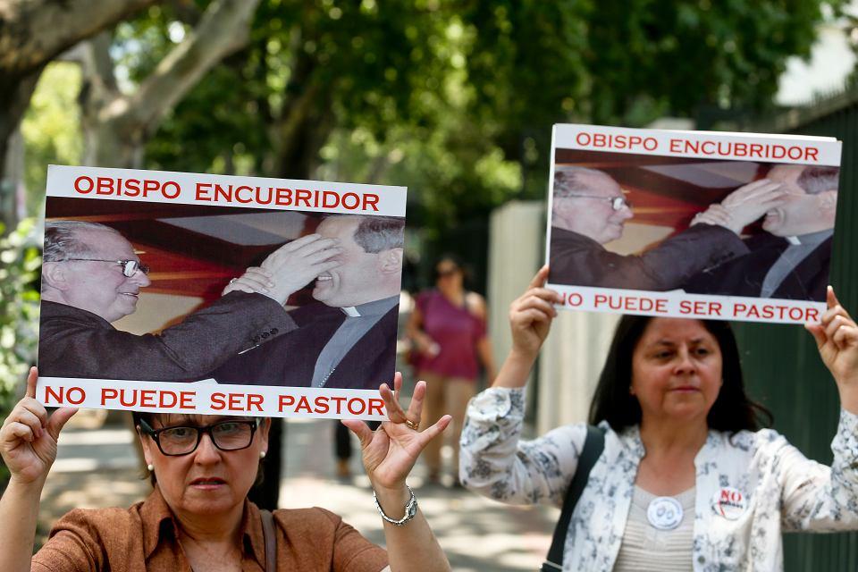 Protest członków organizacji Laicos de Osorno; napisy na transparentach głoszą: 'Biskup, który ukrywa, nie może być księdzem'. Santiago de Chile,  12 stycznia 2018 r.