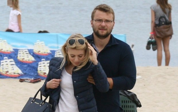 Takich zdj�� nie zobaczycie na jej blogu. Kasia Tusk z narzeczonym na pla�y w Sopocie. Nie wygl�dali na zadowolonych z obecno�ci paparazzo
