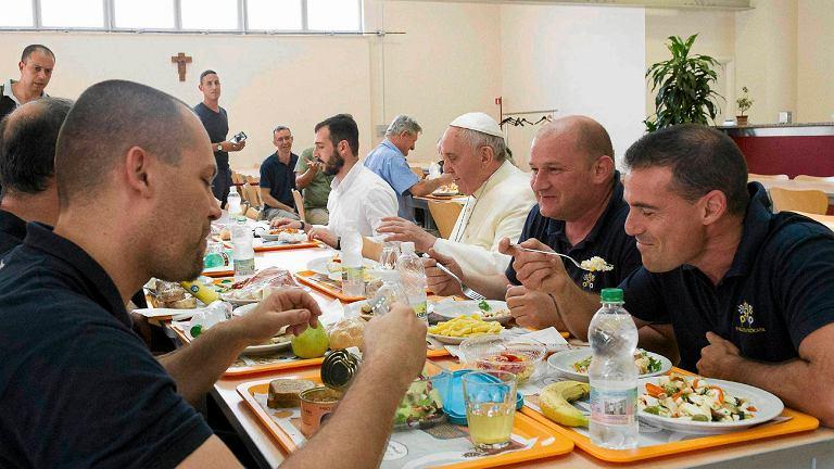 Franciszek podczas niespodziewanej wizyty w watykańskiej stołówce. Papież zjadł obiad z szeregowymi pracownikami Watykanu, wywołując falę pozytywnych komentarzy mediów i - oczywiście - zaskoczenie towarzyszy posiłku