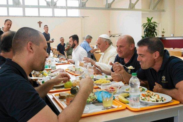 Franciszek podczas niespodziewanej wizyty w watyka�skiej sto��wce. Papie� zjad� obiad z szeregowymi pracownikami Watykanu, wywo�uj�c fal� pozytywnych komentarzy medi�w i - oczywi�cie - zaskoczenie towarzyszy posi�ku