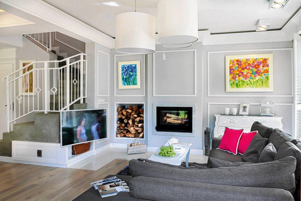 <B>SALON</B>. Dekoracyjna ścienna kompozycja. Wbrew pozorom ramy na ścianie są zrobione nie z listew sztukateryjnych, lecz z malowanej płyty meblowej.