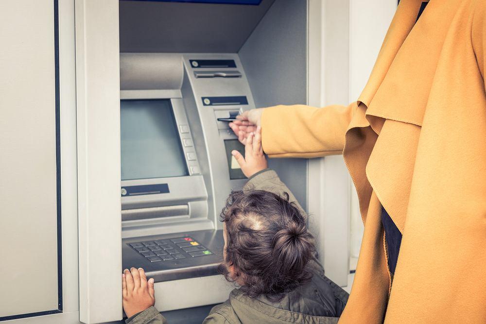 Małe dzieci są często przekonane, że pieniądze pojawiają się w magiczny sposób
