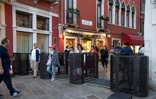 Metalowe bramki zainstalowane w Wenecji na długi weekend majowy