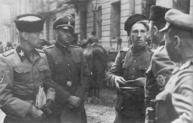 Warszawa, sierpień 1944. Heinz Reinefarth (pierwszy z lewej) z żołnierzami 3. pułku Kozaków