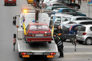 Zaparkujesz w nieodpowiednim miejscu i zapłacisz kilkaset zł. Kiedy służby mogą odholować samochód?