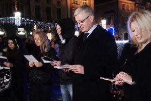 """Jacek Ja�kowiak �piewa """"Cich� noc"""" i przeprasza obcokrajowc�w za rasistowskie pobicia w Poznaniu"""
