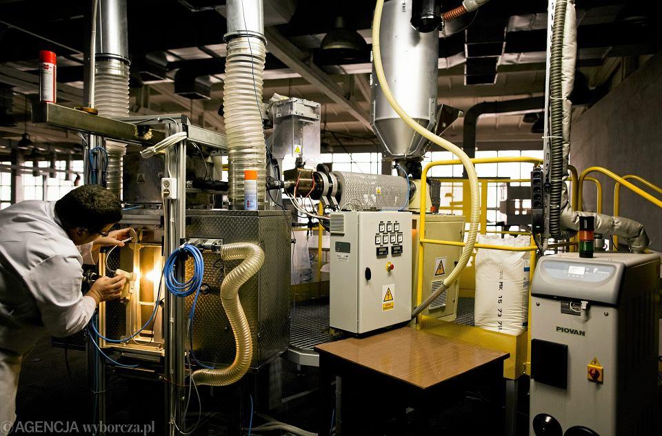 Instytut Biopolimerów i Włókien Chemicznych . Linia wielkolaboratoryjna do formowania wlóknin biodegradowalnych