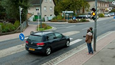 Przejeżdżanie skrzyżowania na żółtym, a nawet czerwonym świetle zdarza się wielu młodym kierowcom