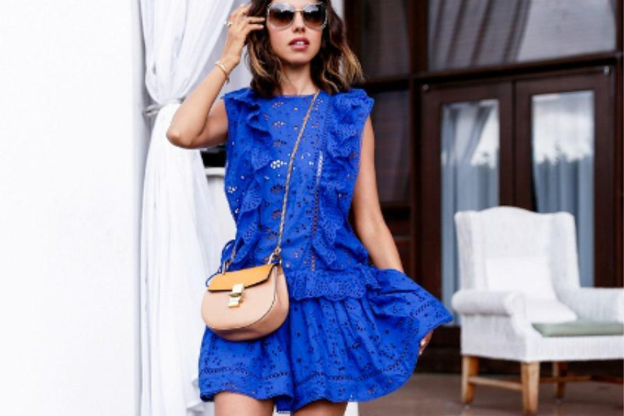 9e28b69b15c12 Jakie dodatki do niebieskiej sukienki  Stylowe modele i pasujące do nich  torebki i buty