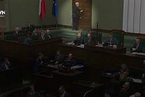 Sejm oddaje hołd Andrzejowi Wajdzie. Jarosław Kaczyński demonstracyjnie opuszcza salę obrad