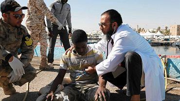 Według unijnej agencji Frontex w marcu przez morze dopłynęło do Włoch blisko 9,6 tys. ludzi. Na zdjęciu jeden z uratowanych przez libijską straż przybrzeżną migrantów opatrywany w porcie w Trypolisie, 11 kwietnia