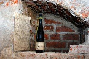 Butelka po winie mszalnym sprzed stu lat. A w �rodku wiadomo��