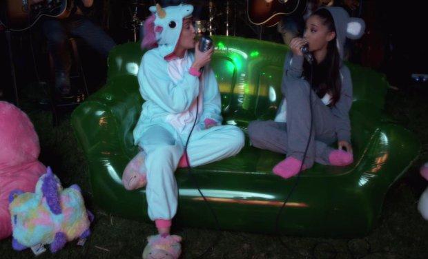 """Fundacja Miley Happy Hippie jużna dobre rozpoczęła swoją działalność. W kolejnym nagraniu z serii Backyard Sessions widzimy jak wraz z Arianą Grande, w przebraniu jednorożca, śpiewa hit  """"Don't Dream It's Over""""."""