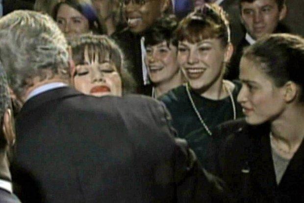 Monica Lewinsky w objęciach prezydenta Billa Clintona na spotkaniu osób zaangażowanych w działalność charytatywną, fot. www.content.time.com