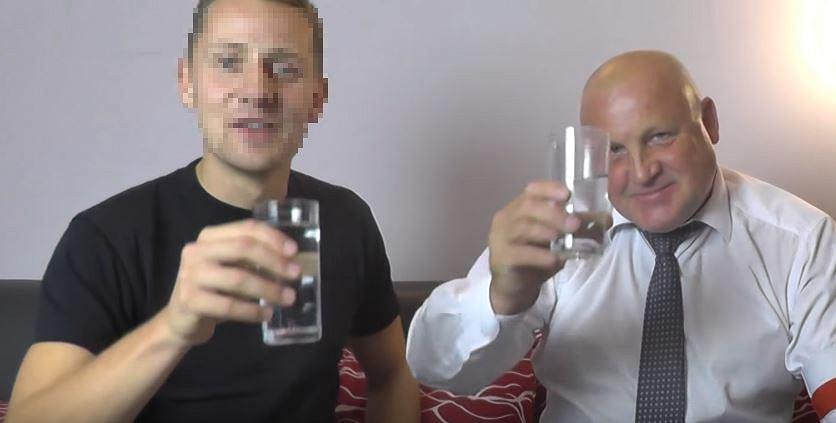 Były ksiądz Jacek M. i Piotr Rybak, skazany prawomocnym wyrokiem za podpalenie kukły Żyda, na zamieszczonym w internecie filmiku. Świętują wsparcie, jakiego udzieliła im prokuratura