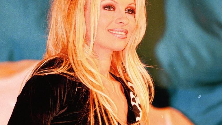 Pamela Anderson powiększyła biust, a potem była promotorką naturalnego karmienia niemowląt.