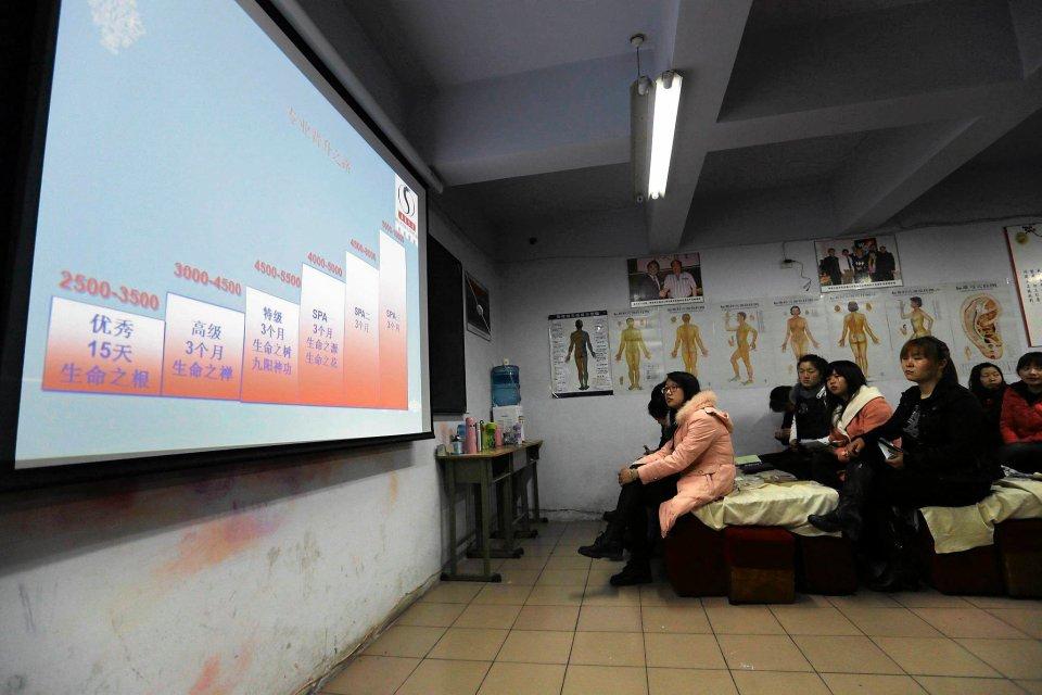 Kursanci podczas szkolenia dowiadują się, jaki wpływ na ich zarobki będą miały zdobyte umiejętności . Wykres pokazuje, jak kształtują się miesięczne zarobki masażystki: od 2,500 yuanów ($408) dla początkującej pracownicy do 1,0000 yuanów ($1,632) dla najlepiej wyszkolonej.