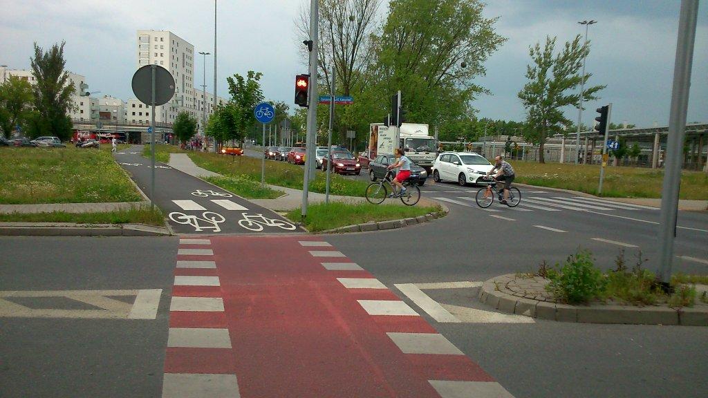 na rowerze przez przejście dla pieszych