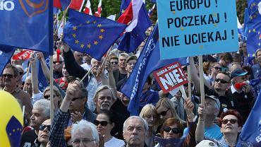 Marsz Komitetu Obrony Demokracji i opozycji pod hasłem 'Jesteśmy i będziemy w Europie'. Warszawa, 07.05.2016