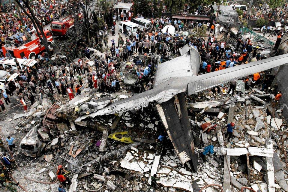 Wys�u�ony 50-letni samolot Hercules c-130 spad� na hotel i domy. Zgin�o ponad 100 os�b
