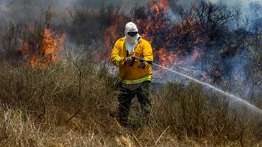 Izraelskie służby gaszą pożar przy granicy wywołany przez palestyński latawiec wysłany ze Strefy Gazy.
