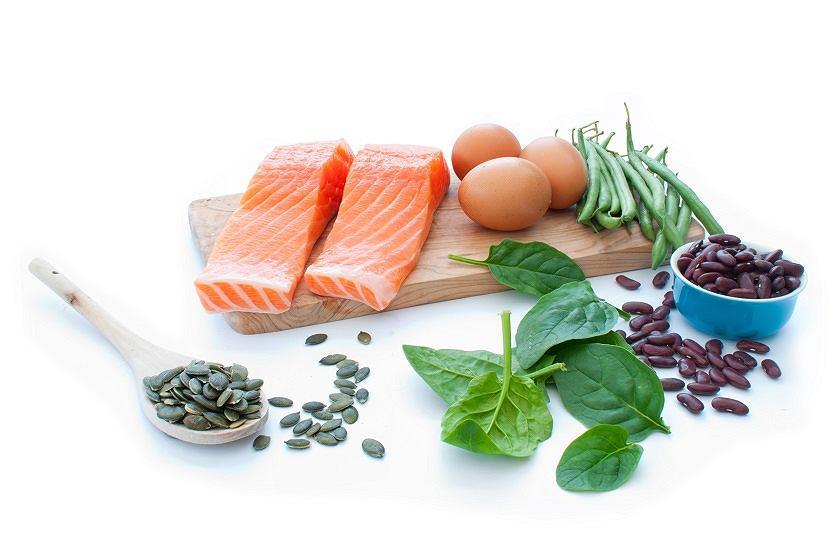Przed snem wybieraj  produkty bogate w białko i błonnik.