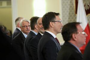 """Antoni Macierewicz o Smoleńsku w """"Gazecie Polskiej"""". Zasadzka, a nie zamach? [SPRAWDZAMY FAKTY]"""