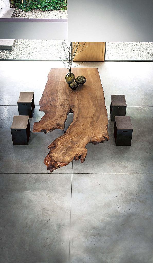 NUMER JEDEN. Blat tego niezwykłego stołu został zrobiony zogromnego pnia kauri, najstarszego inajdroższego drewna na świecie, pochodzącego zNowej Zelandii. Taki luksusowy mebel nie potrzebuje towarzystwa. Właściwie powinien stać samotnie wpustej przestrzeni, bo swoją urodą przyćmi wszystko. riva1920.it