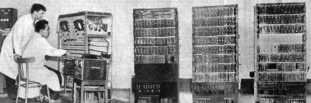 Tak wyglądał pierwszy polski komputer XYZ . Na pulpicie widać było kilka rzędów kluczy i dwa okrągłe oscyloskopy. Na jednym z nich można było obserwować zawartość pamięci zakodowanej przez jaśniejsze i ciemniejsze kropki, na drugim zawartość rejestrów - wspominał Antoni Mazurkiewicz