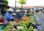Czy dzie� pana sprzedaj�cego kurczaki z Laosu r�ni si� od �ycia polskich bazarowicz�w? [ZDJ�CIA]