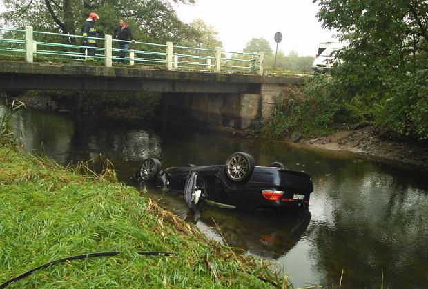 Goręczyno. Rozpędzone BMW przebiło barierkę i wpadło do rzeki. Gdyby nie on, mogło dojść do tragedii
