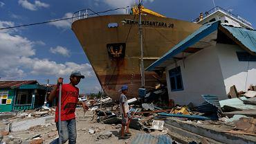 Tsunami w Indonezji porwało statek i rzuciło go w głąb lądu