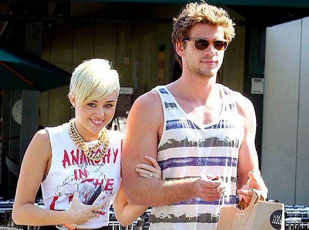 Gwiazda, spotykająca się z Liamem Hemsworthem, pojawiła się publicznie z pierścionkiem zaręczynowym.