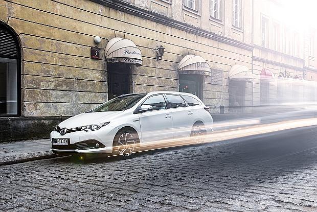 Jak skutecznie obniżyć zużycie paliwa w samochodzie? Ciesz się płynną i ekonomiczną jazdą.