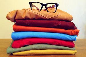 Kolorowe spodnie i koszule - jak je łączyć?