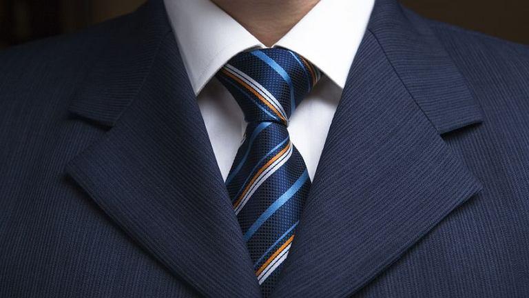 Mężczyźni w garniturach myślą bardziej abstrakcyjnie niż ubrani w strój codzienny.