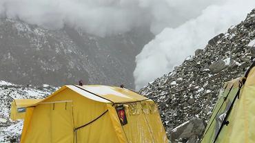 Kadr z filmu pokazującego lawinę schodzącą z Mount Everestu