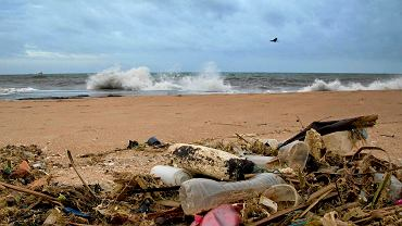 269 tys. ton plastikowych śmieci, które według obliczeń naukowców znajdują się w oceanach, to niecały 1 proc. światowej produkcji plastiku. Na zdjęciu plaża w Colombo (Sri Lanka)